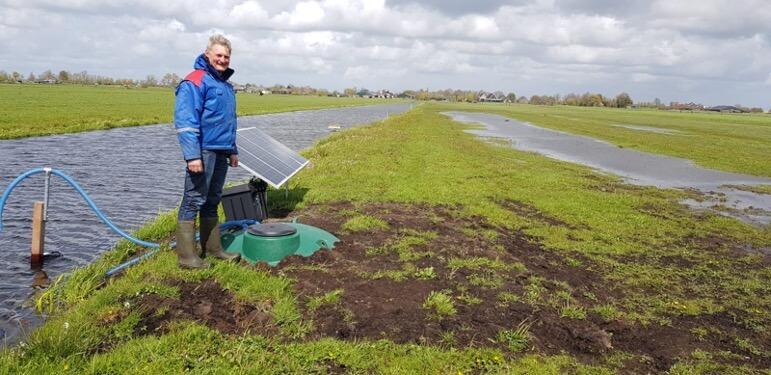 Hans Mulder bij zijn waterinifiltratiesysteem waarmee hij plas-dras voor de weidevogels realiseert.